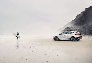 Volvo V40 Cross County Seitenschuss  - Surfer am Strand