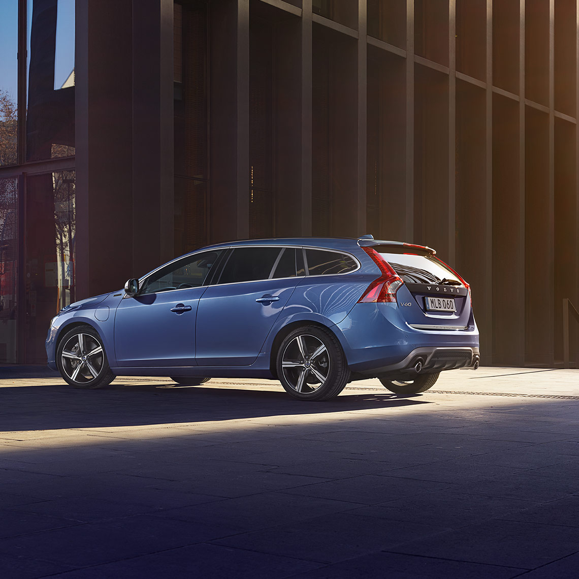 V60 R-Design Rebel Blue fahrend