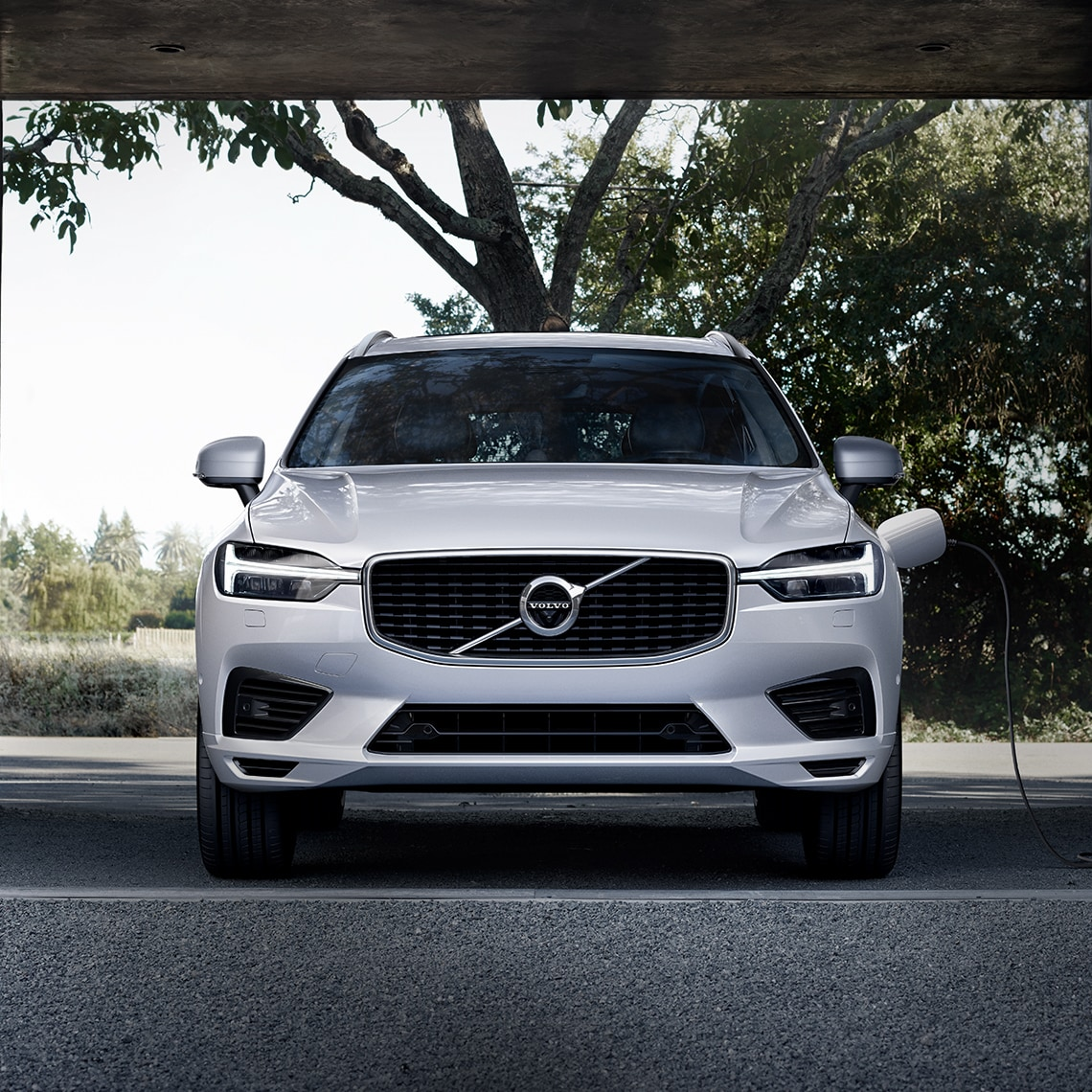 Volvo V90 Ausstattungslinien - TWIN ENGINE - Volvo XC60 am Ladekabel
