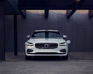 Volvo V90 Inscription T8 Twin Engine wird aufgeladen