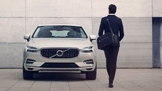 Volvo XC60 Twin Engine - Mann mit Aktentasche am Auto