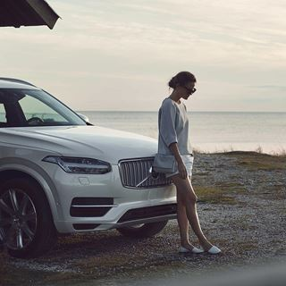 Der Volvo XC90-TwinEngine-MY16 - Crystal White - Seitenschuss  am Strand