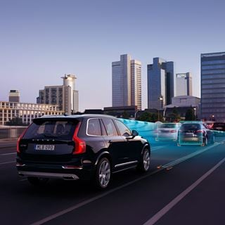 Volvo Philosophie - Der Volvo XC90 INSCRIPTION -Onyx Black Metallic - Heckansicht im Stadtverkehr  - Intellisafe
