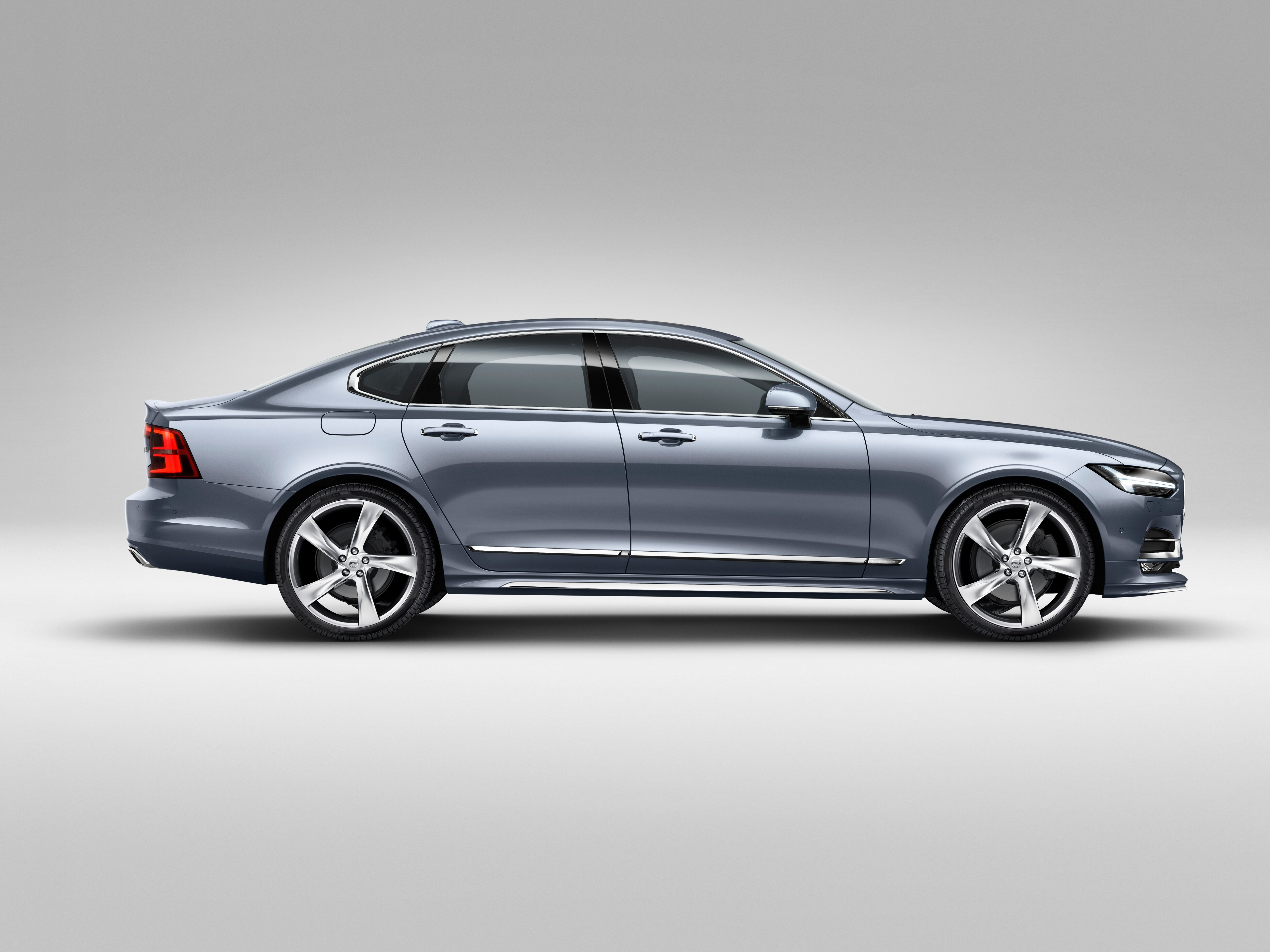 Side view of the elegant and refined Volvo S90 Inscription