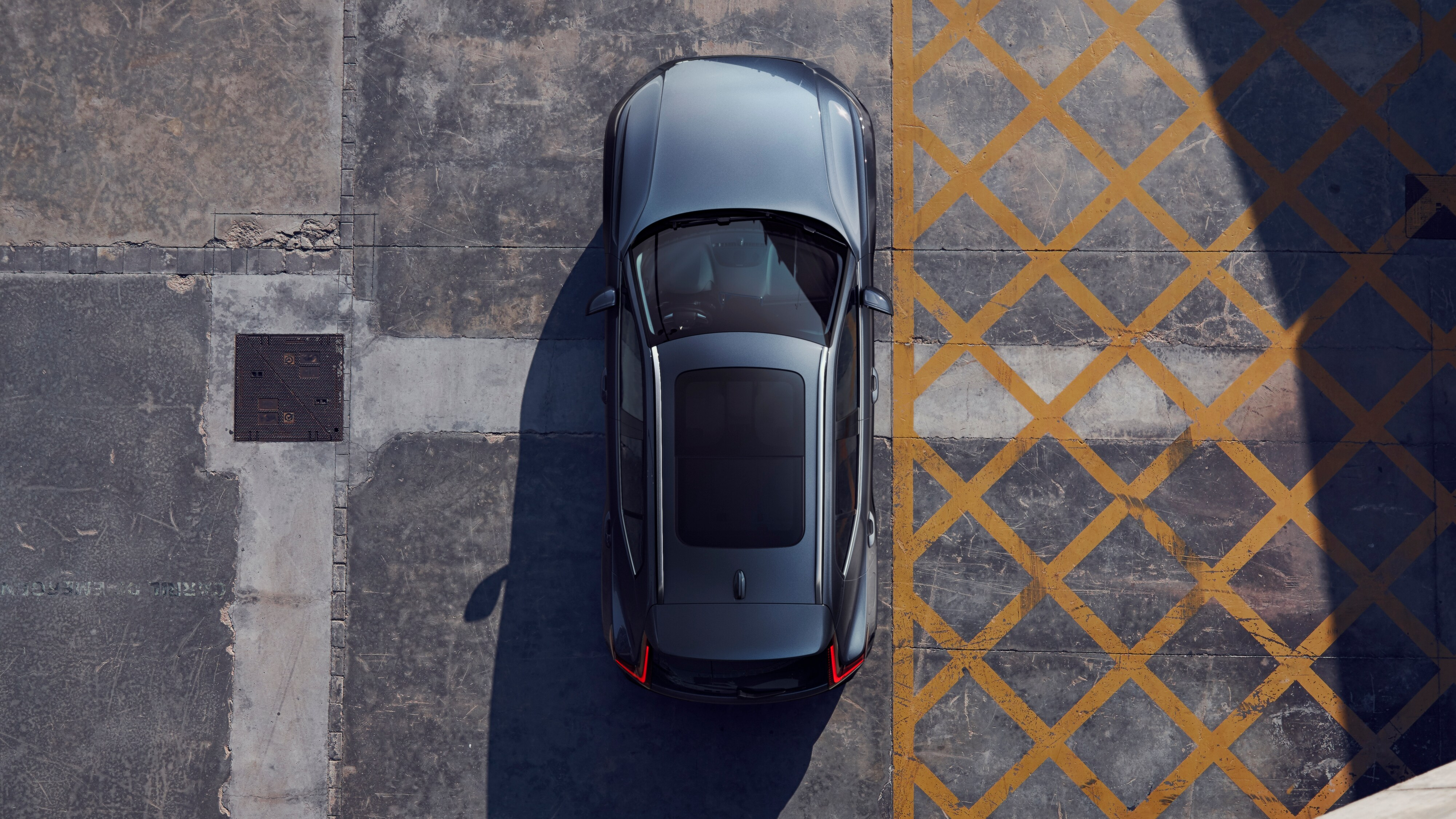 Top down view of the Volvo XC40 Inscription parked on concrete