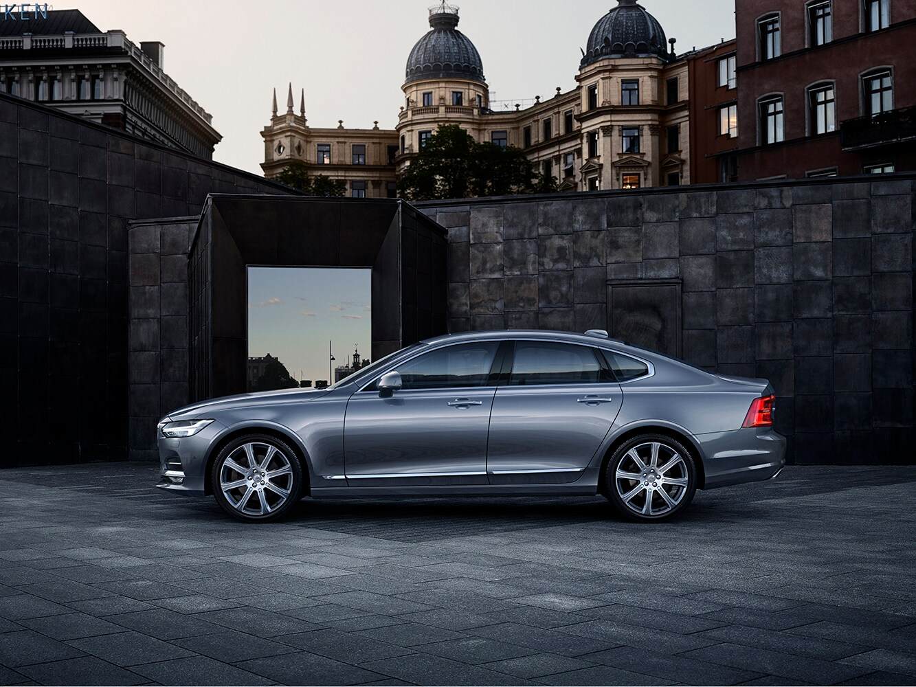 Side view of a Volvo S90