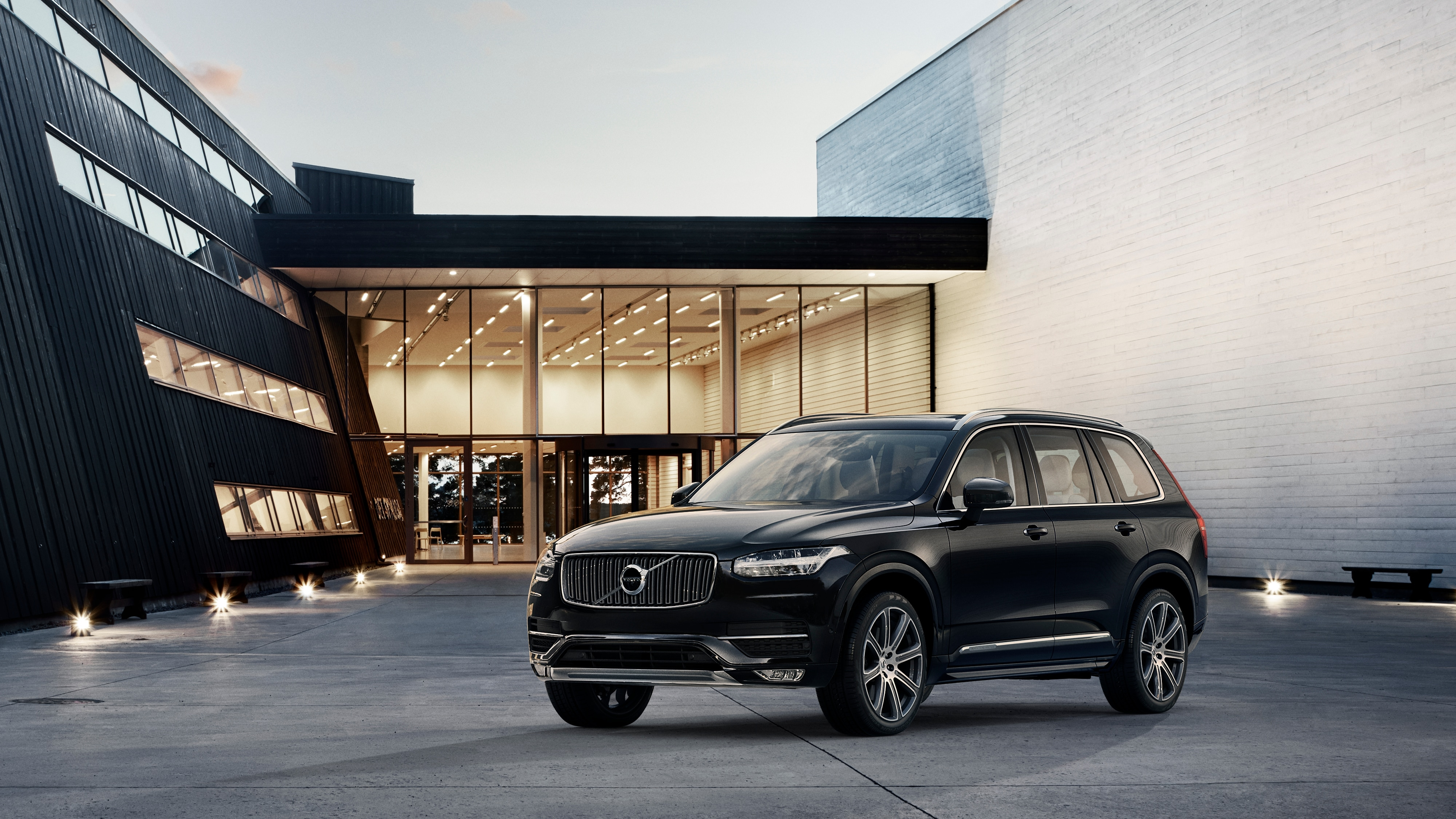 The Volvo XC90 Inscription trim parked in front of a modern building