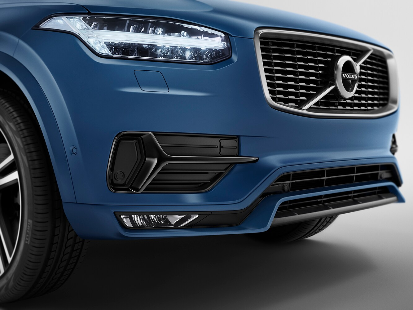 Close up view of front grille on a Volvo XC90 R-Design showing the glossy black inserts