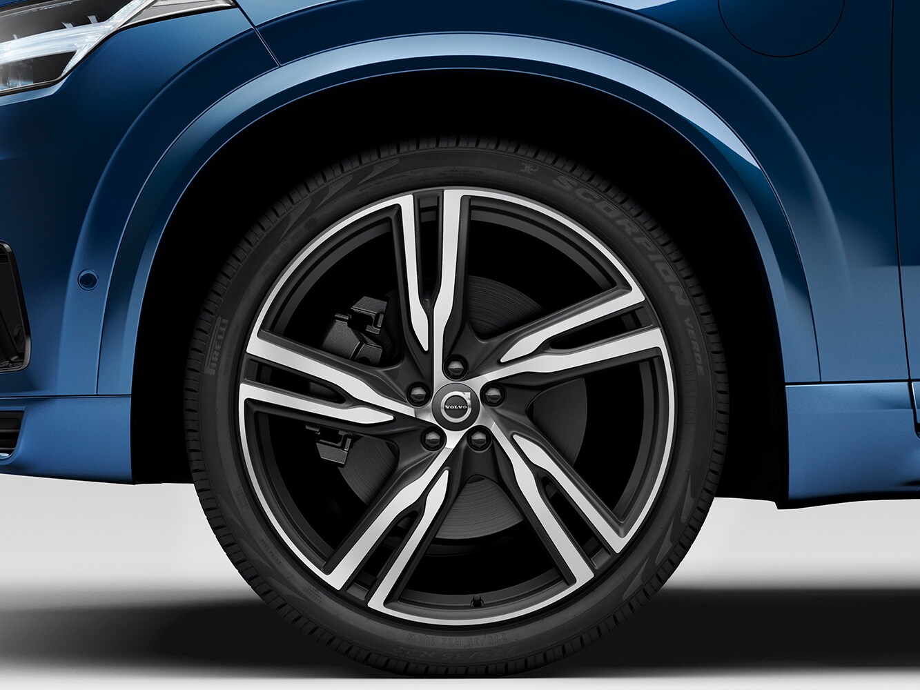 Close up of dimaond-cut alloy wheel on the Volvo XC90 R-Design