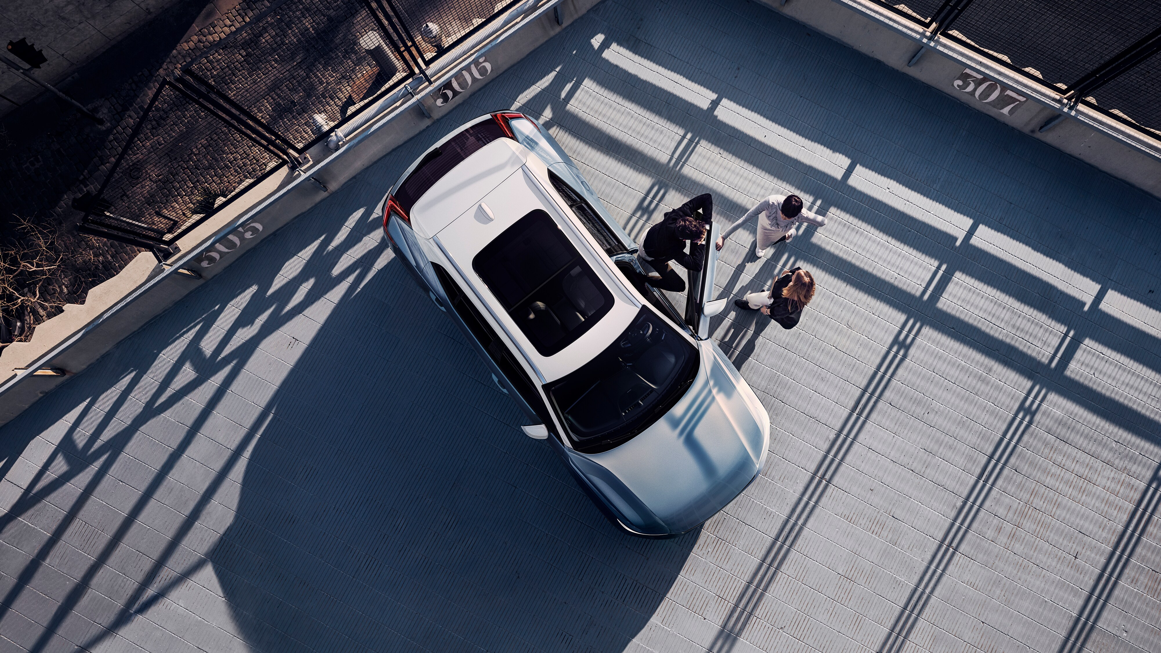 Top-down view of the Volvo XC40 R-Design parked on a roof