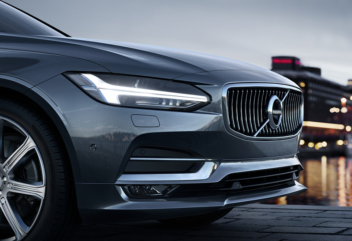 Volvo S90 Inscription מבט מהצד על פגוש קדמי