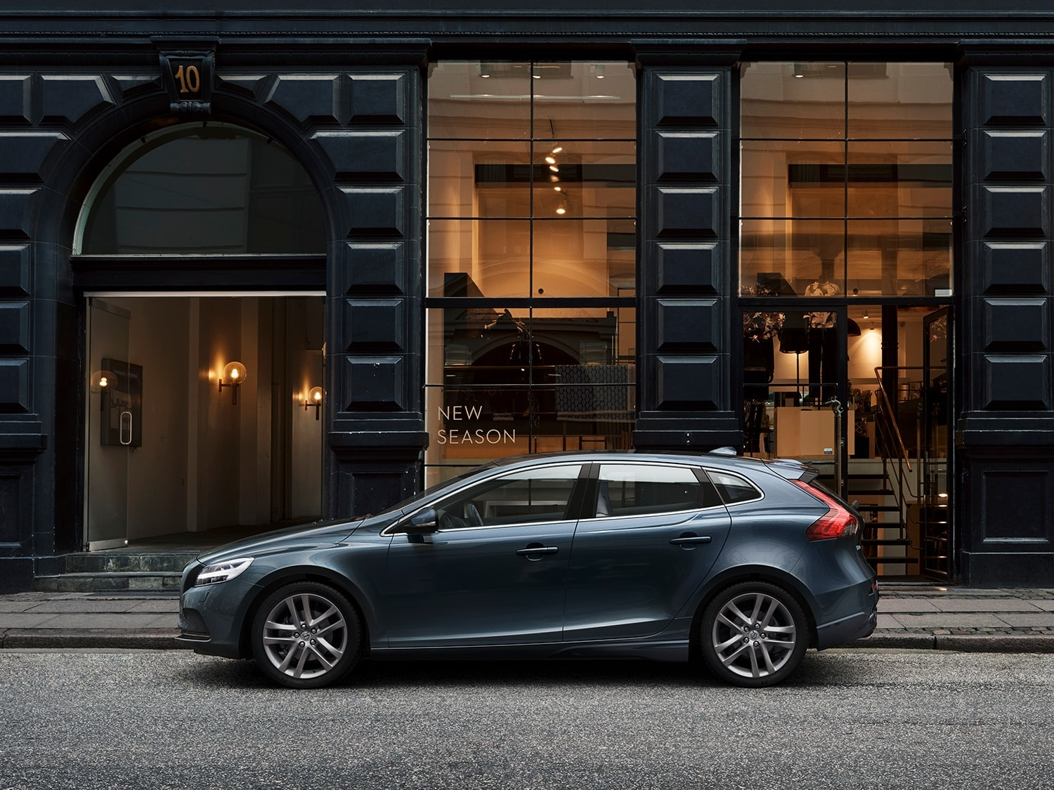 Volvo V40 parked in front of boutique