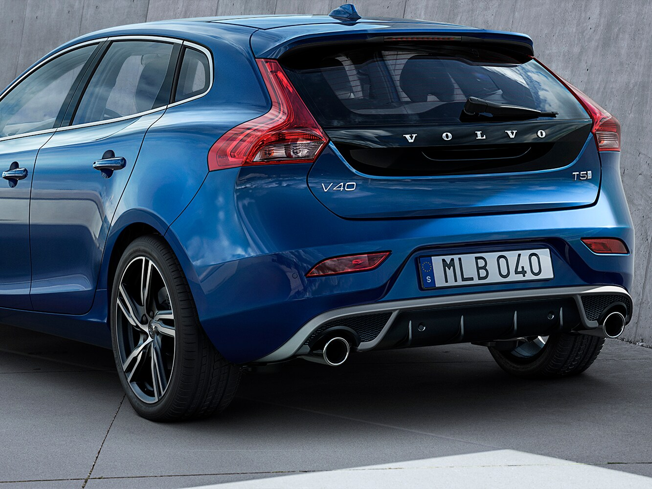 Close up of the lowered sport chasis on the Volvo V40 R-Design