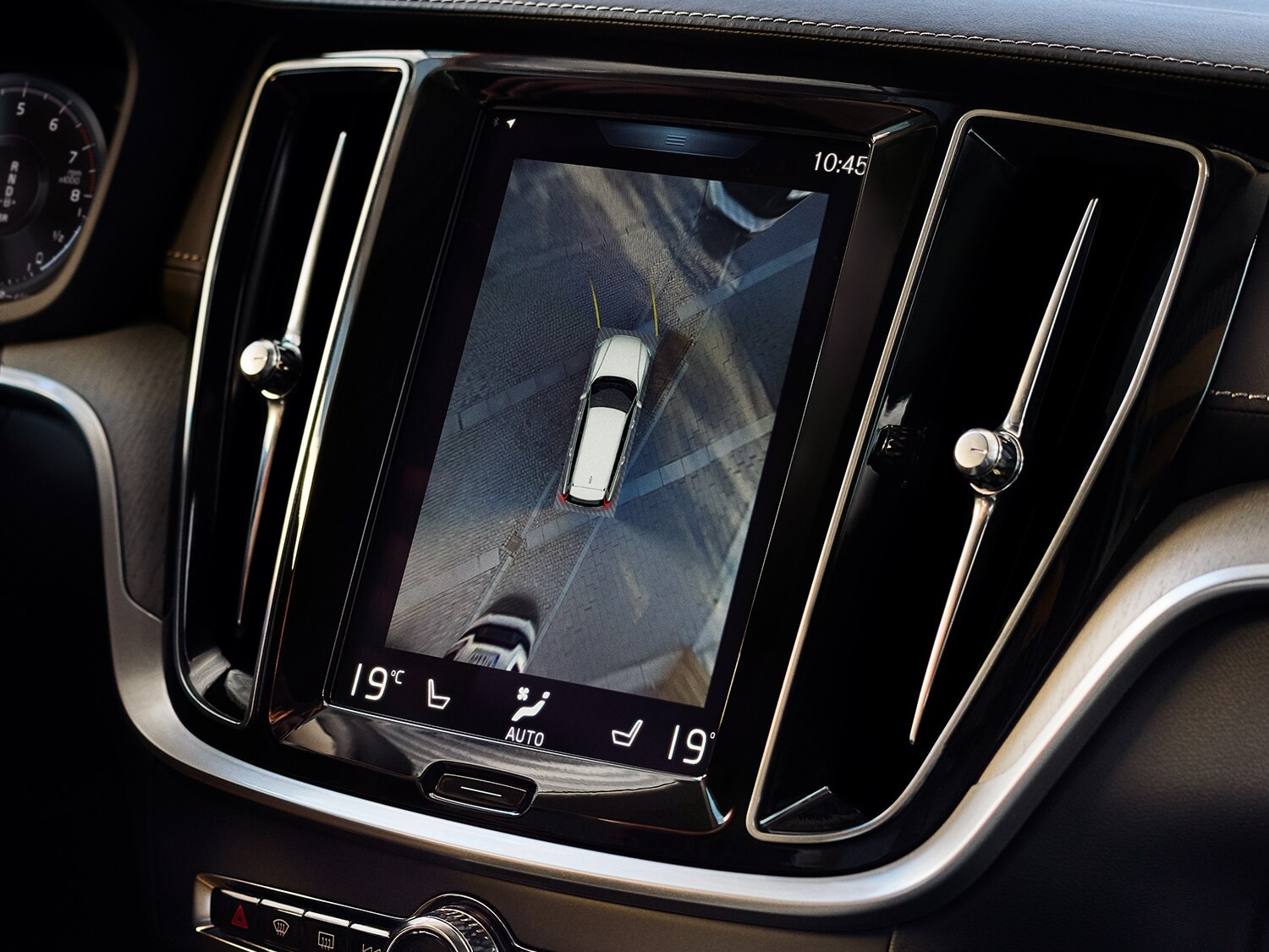 Centre display of the Volvo V60 Cross Country showing 360° camera view