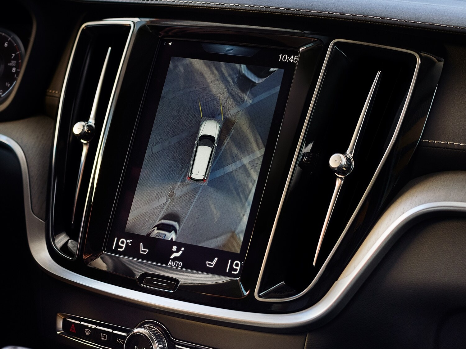 Centre display of the Volvo V90 showing 360° camera view