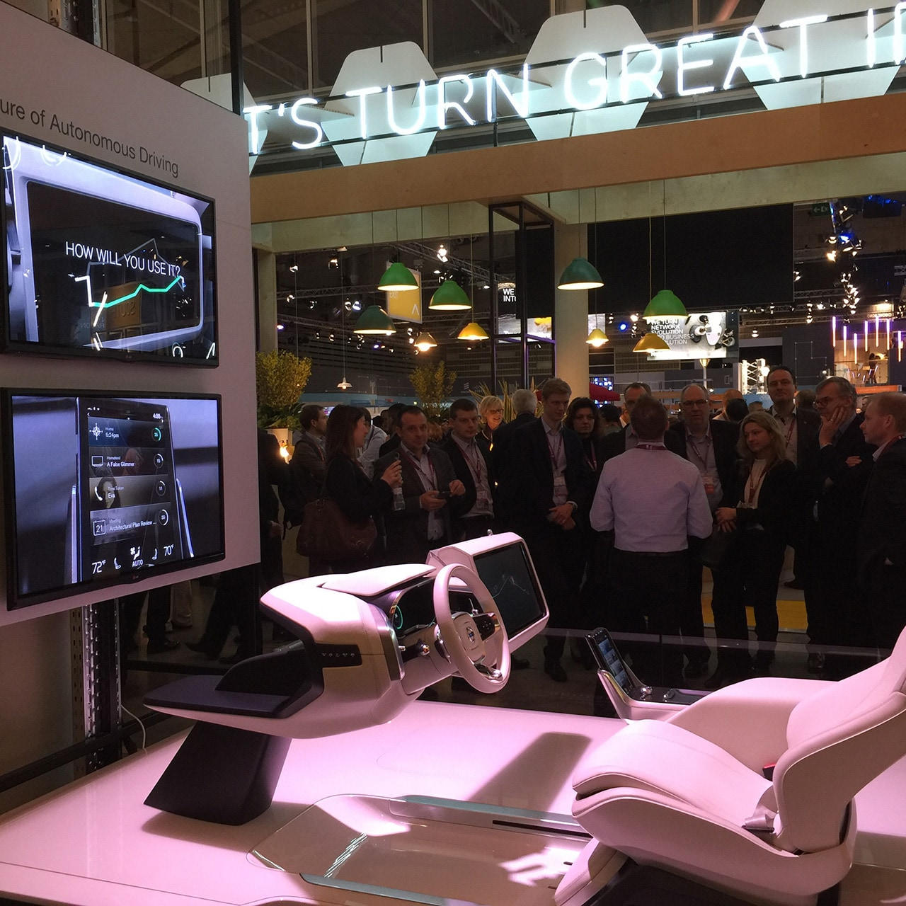 Volvo shows autonomous tech at MWC 2016