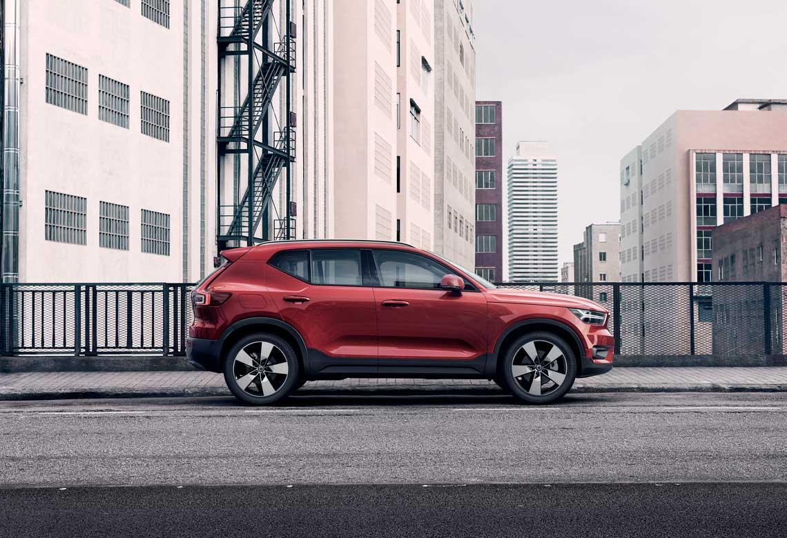 XC40 Momentum Luxury Compact SUV - Contemporary Design