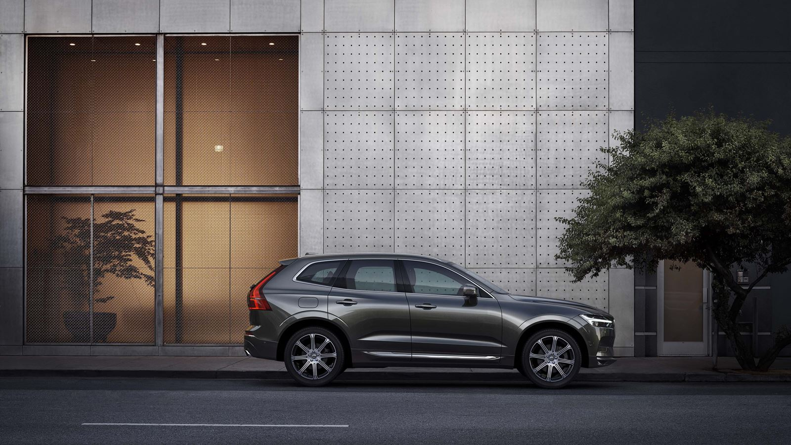 volvo new xc60 gray sideview